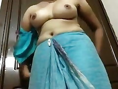 desi indian aunty showing boobs